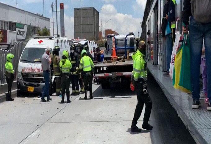 Dos buses de Transmilenio chocaron con una ambulancia en el Ricaurte