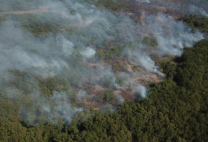 A pesar de los esfuerzos en tierra y aire no se ha podido controlar el incendio forestal