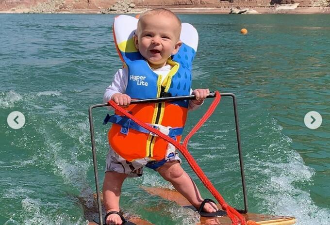 Bebe en esquí acuático