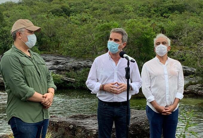 Nuevo ministro de Ambiente, Carlos Correa (centro)