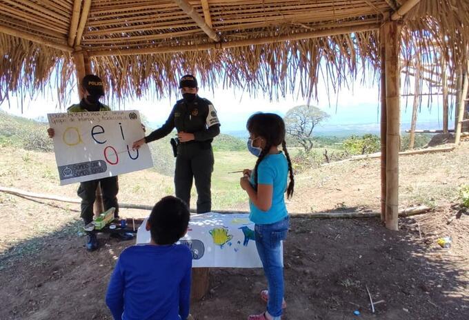 Policías en Neiva dictan clases a niños durante la cuarentena