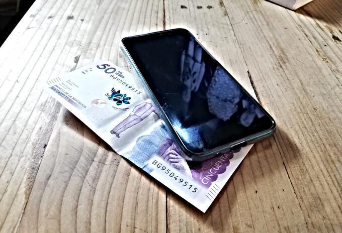 Billete y celular