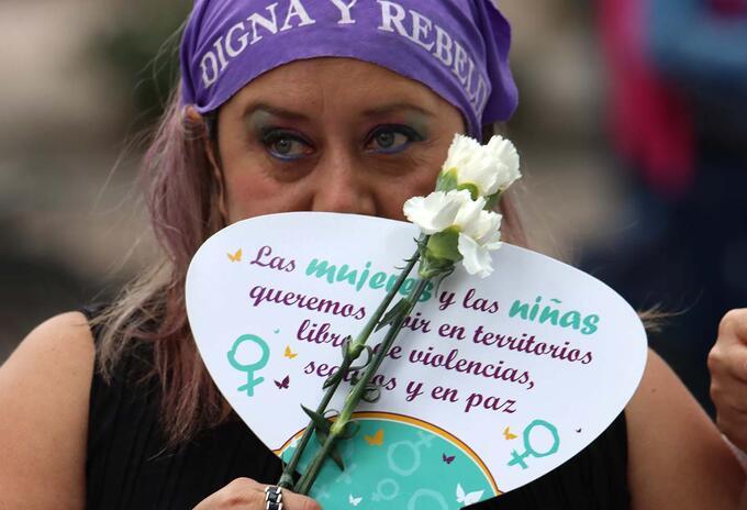 Plantón de mujeres en Bogotá contra abuso policial