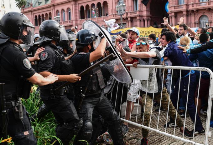 Disturbios en velorio de Maradona