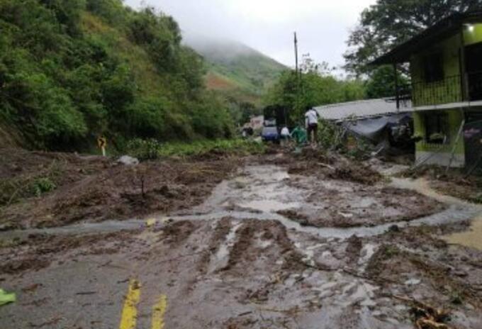 La remoción de escombros se ha dificultado por las lluvias.