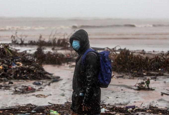 Un hombre camina por Bilwi, en Nicaragua, zona golpeada por Iota