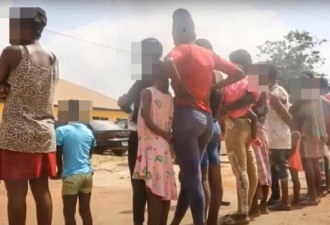 Rescatan a mujeres embarazadas de 'fábrica de bebés'