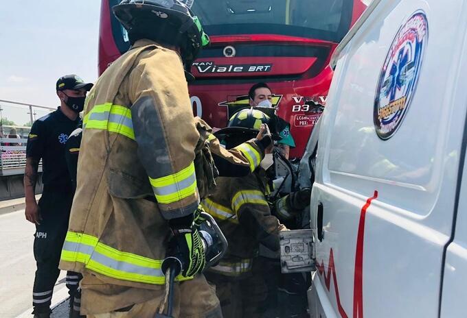 Accidente de ambulancia con bus de Transmilenio