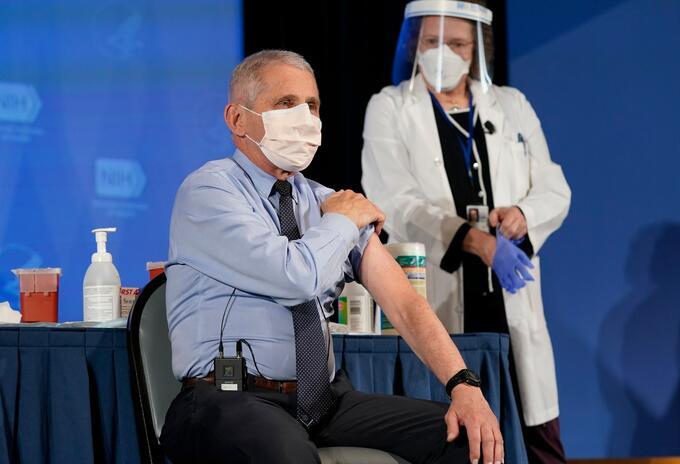 Anthony Fauci recibe vacuna anticovid