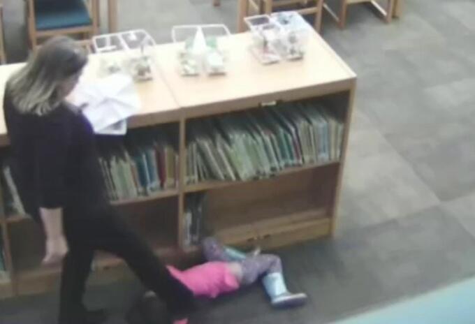 Profesora pateó a niña