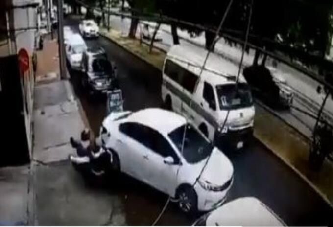 Conductor atropelló a ladrones que intentaron robarlo en México