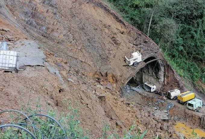 Deslizamiento en uno de los túneles en construcción de la vía La Línea.