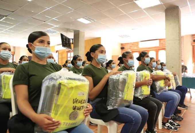 Mujeres auxiliares de policía en Antioquia reciben sus primeros uniformes.