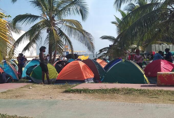 En carpas improvisadas, los migrantes se asentaron a orillas de las playas del municipio.