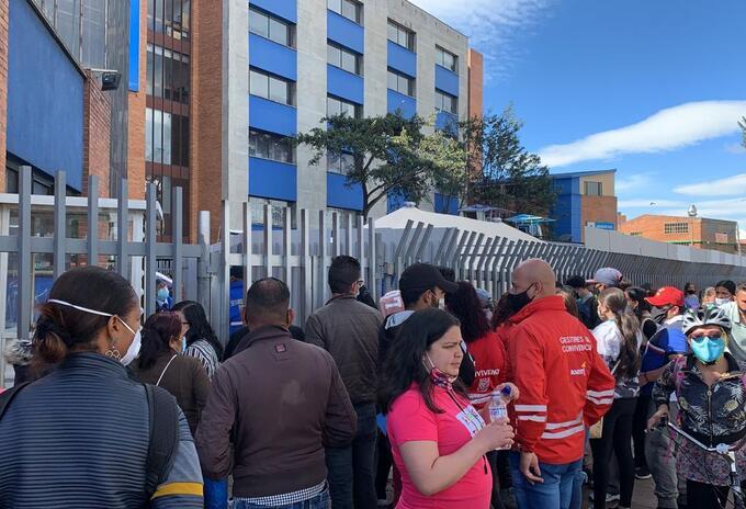 Pacientes a las afueras del hospital de Kennedy
