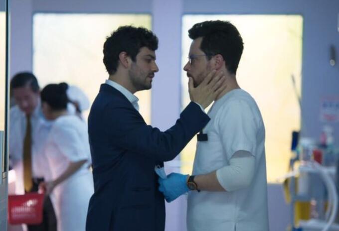 Felipe y Álvaro se besan