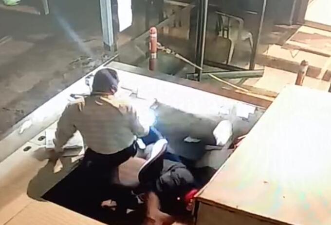 [Video] cayó del segundo piso cuando intentaba escapar del bunker de la Fiscalía de Medellín