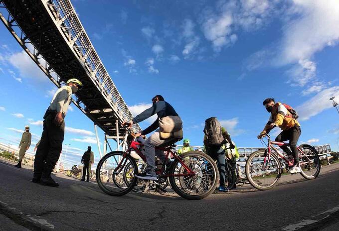 Ciclistas transitan en localidad de Kennedy en medio de cuarentena