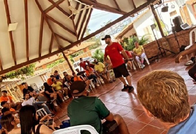Los influencers se encuentran en un espacio de esparcimiento en Santa Marta, realizando diversas actividades al parecer sin tapabocas y sin distanciamiento