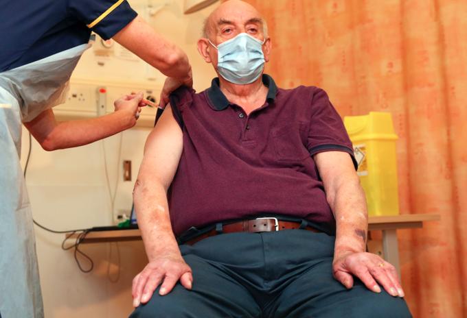 Brian Pinker, primera persona en recibir la vacuna de Oxford en Reino Unido
