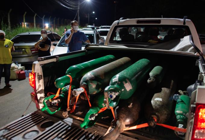 Oxígeno para covid-19 llega a Manaos, Brasil