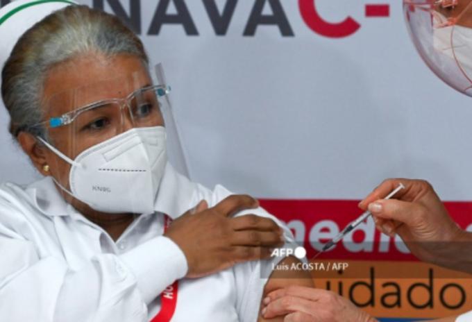 Primera vacunada contra la covid-19 en Panamá