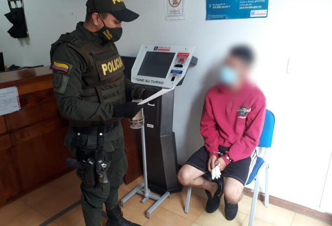 El sujeto aunque intentó huir, fue capturado por la policía y el Ejercito Nacional.