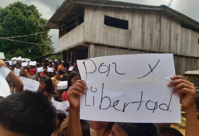 En la zona, los niños y adultos piden que cese la violencia.