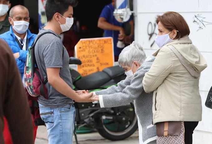 Vacunación en Bogotá / vacunación de tercera edad / Coronavirus en Colombia