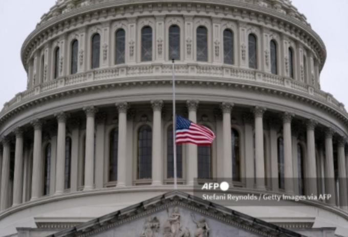 Banderas de Estados Unidos a media asta por muertos por covid-19