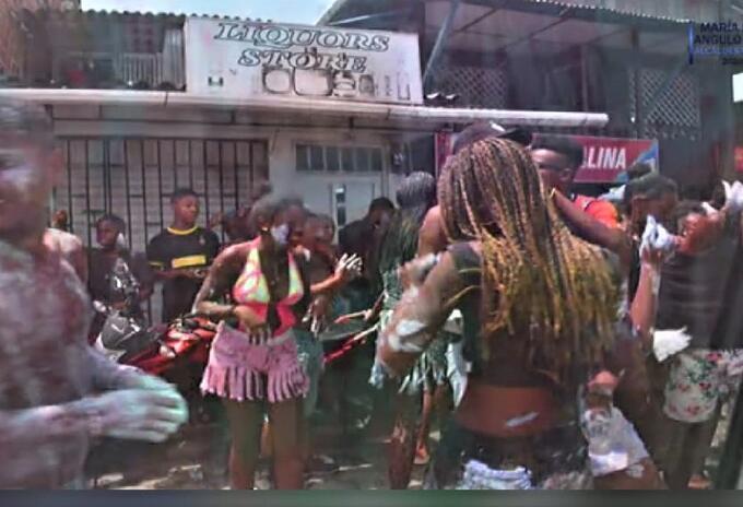 Los jóvenes salieron a celebrar el carnaval del Fuego