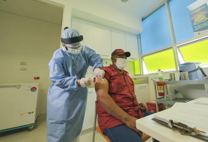 Los cinco puntos de vacunación habilitados en Medellín cuentan con cuidados intensivos.