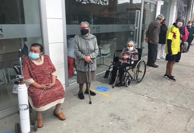 Adultos mayores de 80 años haciendo fila para recibir su vacunación contra la covid-19