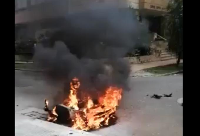 Ciudadanos quemaron motocicleta de presuntos ladrones en Bucaramanga