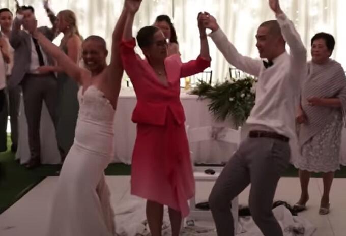 Pareja se rapa el cabello el día de su boda