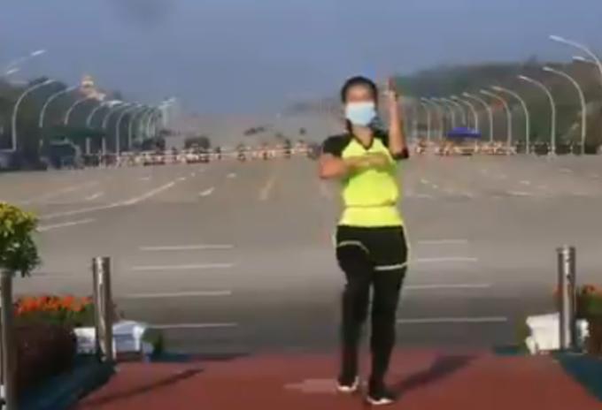 Mujer da clase de aeróbicos en pleno golpe de estado