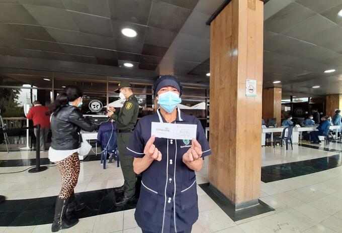 María Emilia Ramírez, una de las primeras personas vacunadas en el Hospital Central de la Policía
