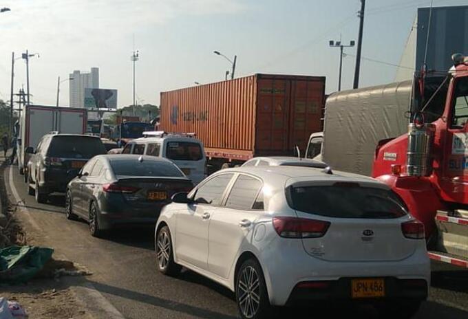 Paralizan el tráfico en Cartagena por nuevas protestas contra los peajes internos.