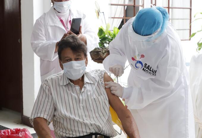 Primer vacunado adulto mayor Cali