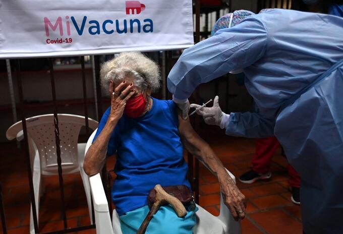 Mujer mayor de 80 años es vacunada contra al covid, en Colombia