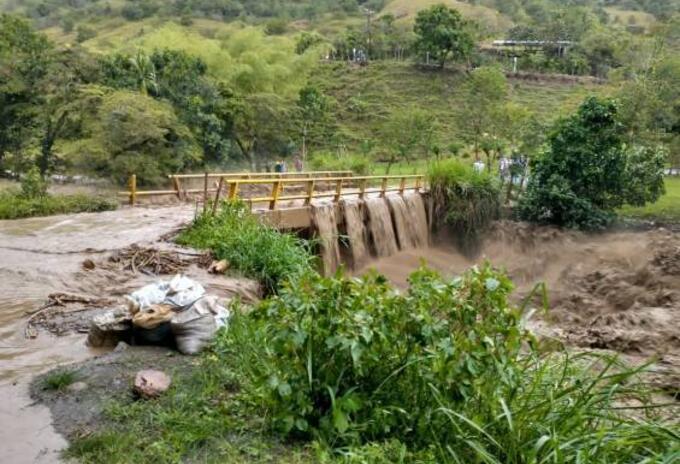 La creciente de la quebrada Puerto Frazadas en el municipio de Tuluá, originó un aumento de los niveles de río Bugalagrande dejando siete barrios inundados