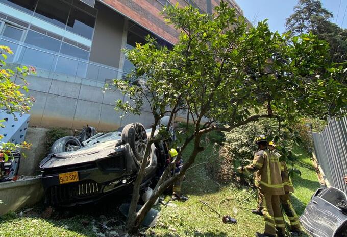 Camioneta que cayó de quinto piso de un parqueadero en Medellín