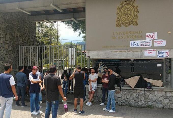 Comunidad sorda permaneció por varios días a las afueras de la Universidad de Antioquia.