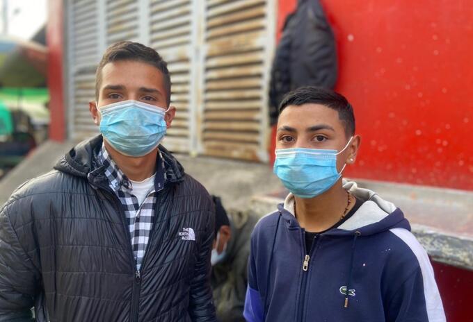 Jefersón y Johan, vendedores de pescado en Bogotá.