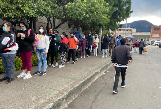 Largas filas a las afueras de Jumbo, sector 20 de Julio en Bogotá.