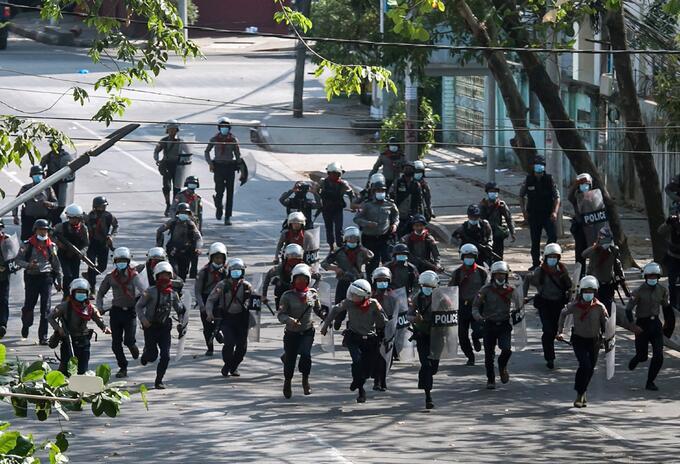 Policías en Birmania estarían usando munición real en medio de protestas.