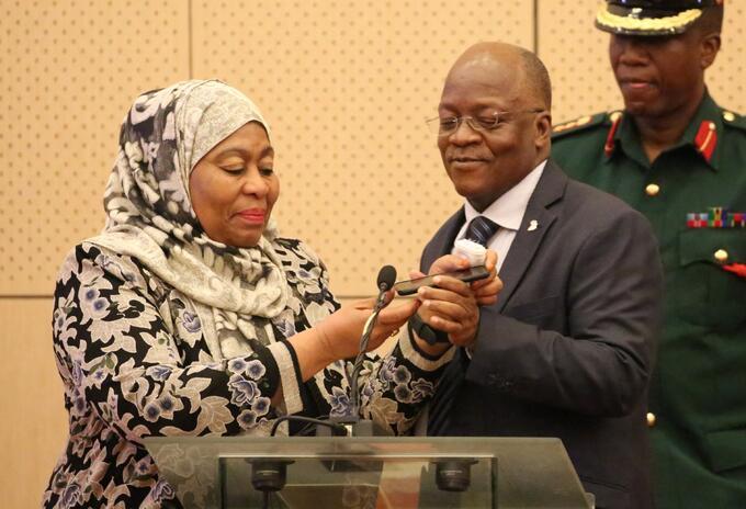 Samia Suluhu Hassan junto al presidente John Magufuli, quien murió.