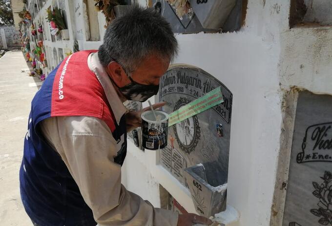 Héctor Otálora, restaurador de tumbas en cementerio