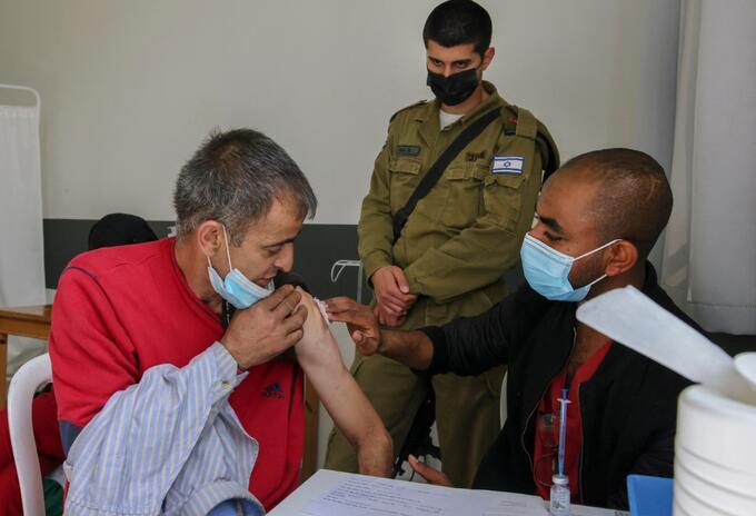 Israel empieza a vacunar a palestinos que trabajan en asentamientos o territorios israelíes