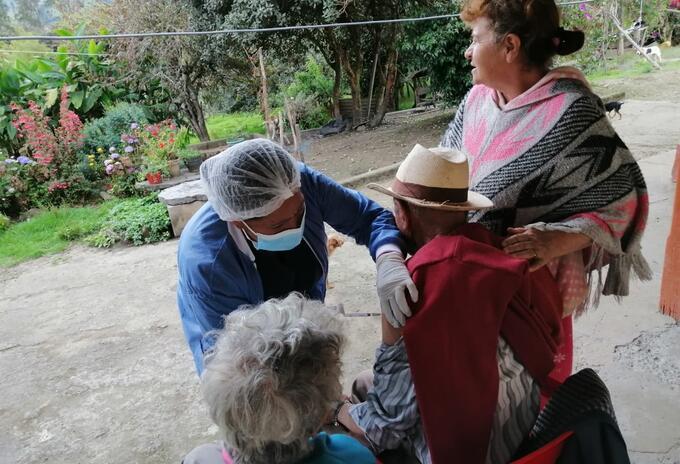 Equipo de vacunación en zonas remotas de Junín, Cundinamarca
